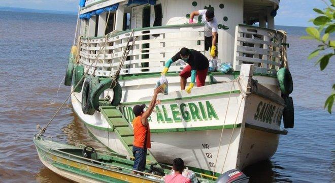 Barcos grandes não chegam a alguns locais, que só podem ser acessados com lanchas menores
