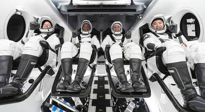 Tripulação que viará a bordo do Falcon 9 rumo à EEI neste sábado (14)