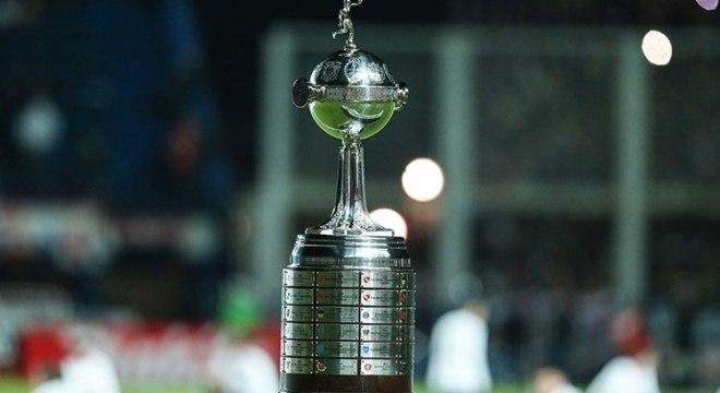 Será que um time brasileiro traz o troféu da Libertadores para casa?