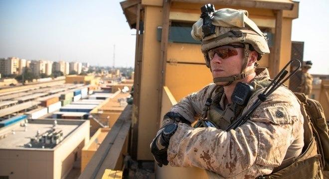 Soldado dos EUA monta guarda na embaixada norte-americana em Bagdá