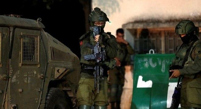 Tropas israelenses são vistas perto da fronteira com o Líbano, no norte de Israel