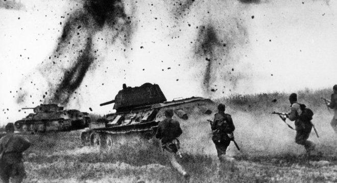 Tropas soviéticas enfrentando as alemãs no Cáucaso, em 1943; soldados de Stálin já estavam posicionados no Leste Europeu, o que seria crucial para consolidar a esfera de influência da URSS