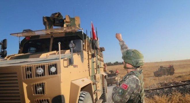 Forças turcas iniciaram ataque aos curdos após a retirada das tropas americanas