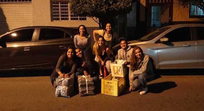Estudantes recolhem alimentos e preparam marmitas para moradores de rua