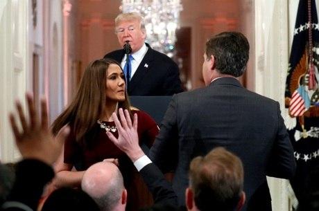 Assessora tenta tirar microfone de Acosta