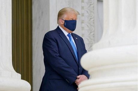 Trump deixa funeral depois de manifestações
