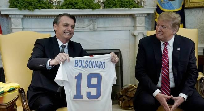 Bolsonaro recebe de Trump a camisa da seleção de futebol dos EUA