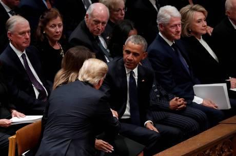 Trump cumprimentou Barack Obama de maneira incômoda