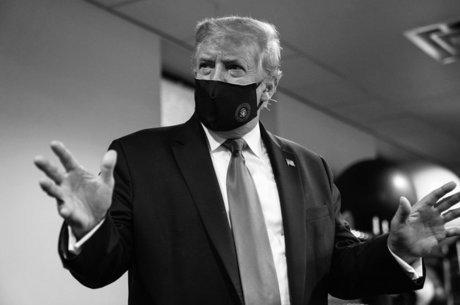 Trump postou nesta segunda-feira (20) uma foto usando máscara