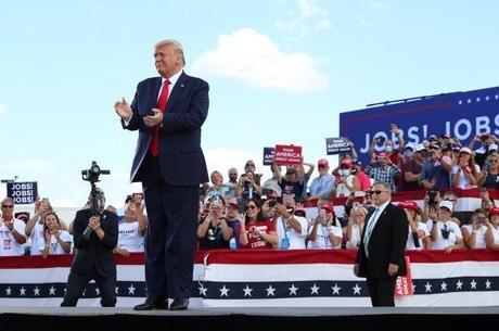 Donald Trump durante um comício em Oshkosh, Wisconsin