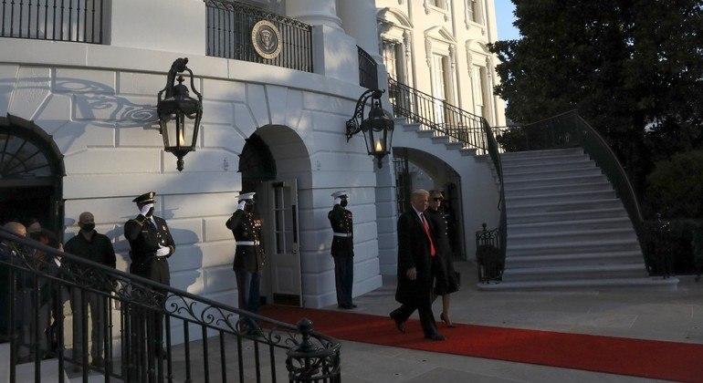 Ex-presidente Trump deixou a Casa Branca ao lado da esposa, Melania Trump