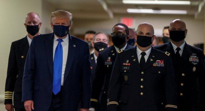 Trump, de máscara, em visita a centro médico militar em Maryland