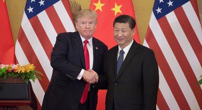 Nova taxa de 25% aplicada pelos EUA, vigente desde esta sexta, provocou retaliação de Pequim