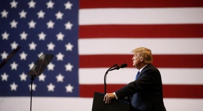 Trump critica jornalistas e diz que publicações são inimigas do povo