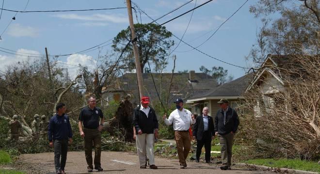 Donald Trump visita região atingida pelo furacão Laura