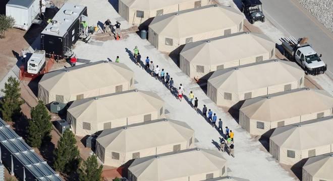 Longe dos pais, 49 crianças e adolescentes brasileiros estão em abrigos nos EUA