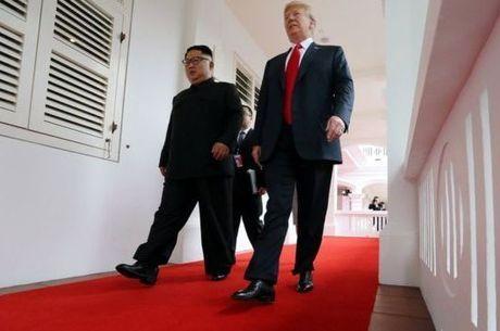 Presidentes caminham durante encontro em Cingapura