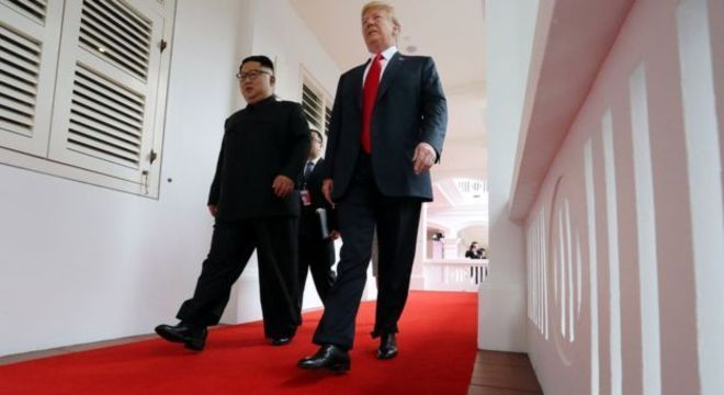 Kim e Trump caminham em corredor de hotel de luxo em Cingapura; analistas estão divididos sobre consequências reais do encontro