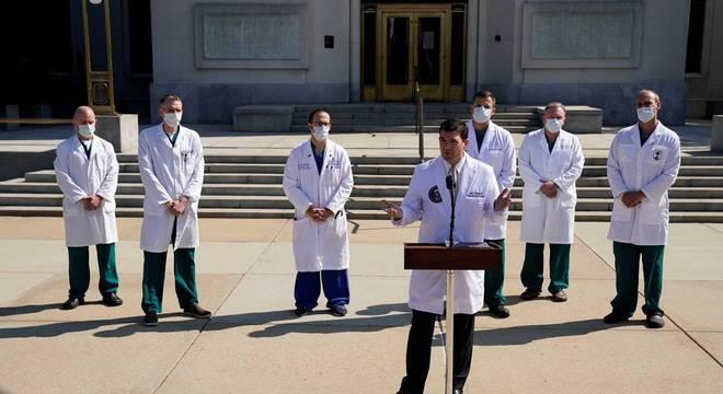 Equipe médica que cuida do presidente Donald Trump diz que ele pode ter alta nesta segunda