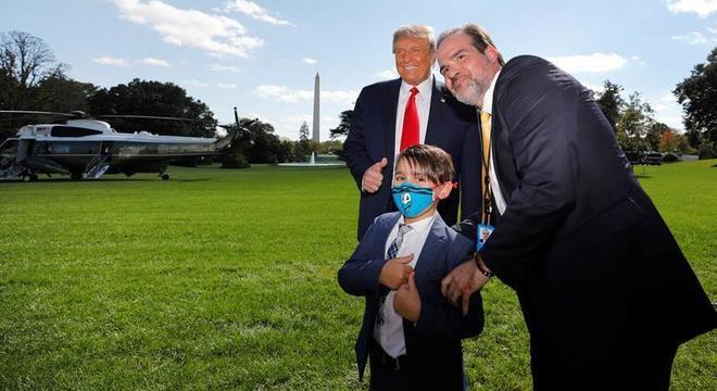Donald Trump posa para foto com apoiadores na Casa Branca