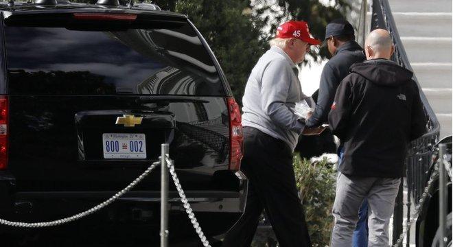 Trump regressa à Casa Branca após jogo de golfe no domingo; segundo delator veio à tona, de acordo com advogados que o representam