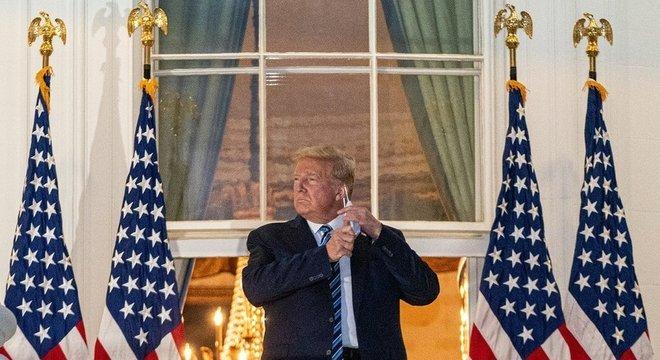 Trump remove a máscara para posar para fotos; republicano chegou a prometer que a vacina chegaria à população antes de os americanos irem às urnas