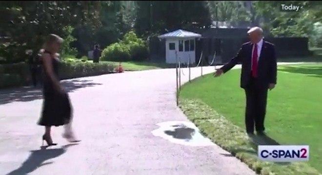 Trump aponta para a poça enquanto espera a primeira-dama, Melania