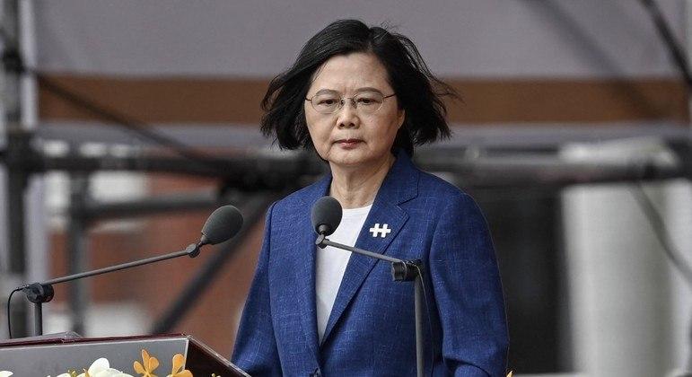 Tsai Ing-wen discursa durante as celebrações do Dia Nacional em frente ao Palácio Presidencial, em Taipei