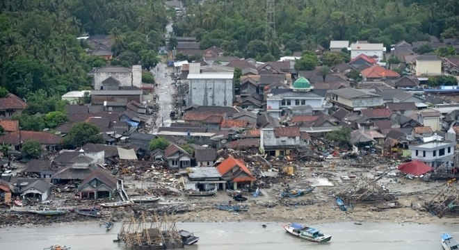 Tsunami se deu após deslizamento de terra na Indonésia