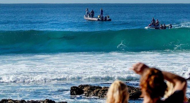 Muitas áreas frequentadas por banhistas e surfistas agora são patrulhadas para detectar a presença de tubarões