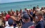 Segundo o tabloide Daily Mail, membros da equipe de resgate local tentaram de tudo para desgrudar o pequeno tubarão-lixa (Ginglymostoma cirratum) do homem