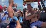 Um rapaz com sorriso no rosto e um tubarão cravado no braço chocou diversos banhistas em uma praia deJensen Beach, na Flórida (EUA)