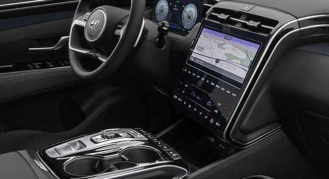 Interior traz console integrado ao painel e há poucos botões físicos na nova geração do Tucson