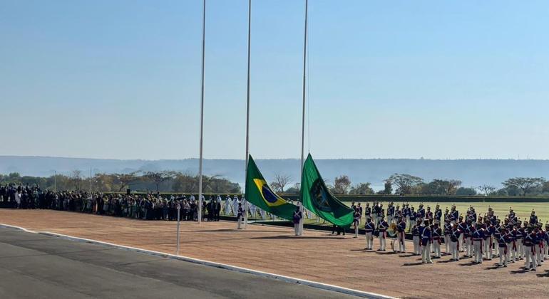 Hasteamento da bandeira no 7 de Setembro, em frente ao Palácio da Alvorada, em Brasília