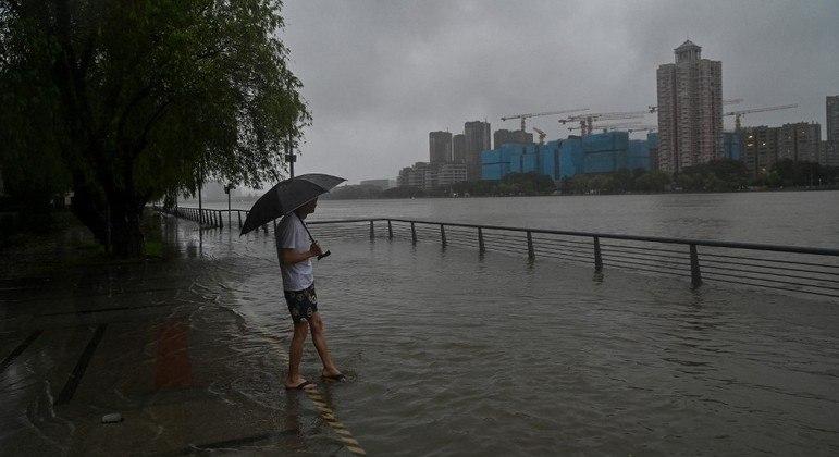 China tem fortes chuvas com a chegada no tufão In-fa ao país