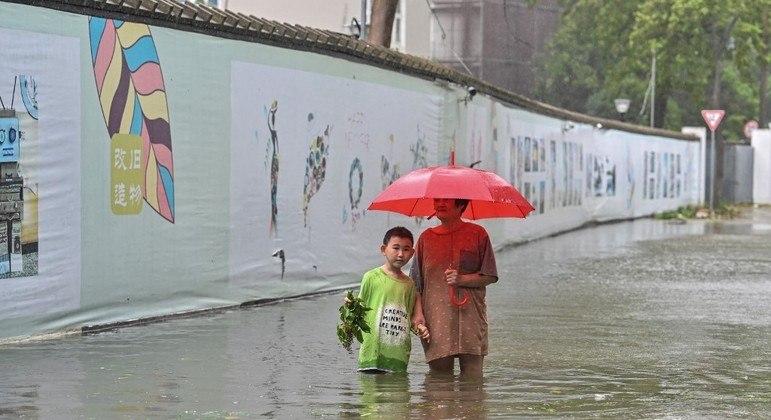 Tufão In-fa chega à costa leste da China, região que sofreu com enchentes nos últimos dias