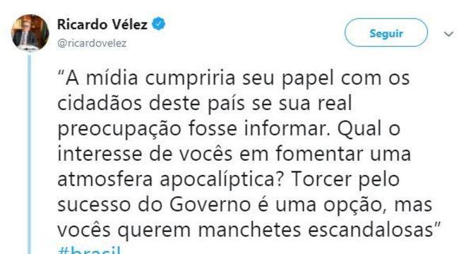 Tuíte de Vélez: 'A mídia cumpriria seu papel com os cidadãos deste país se sua real preocupação fosse informar. Qual o interesse de vocês em fomentar uma atmosfera apocalíptica? Torcer pelo sucesso do Governo é uma opção, mas vocês querem manchetes escandalosas'
