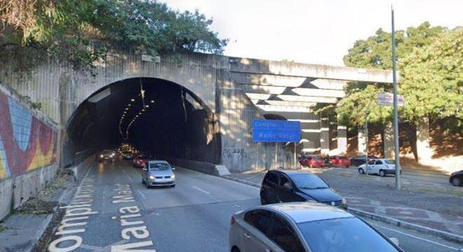 Estrutura metálica caiu dentro do Túnel Maria Maluf, na região da Saúde