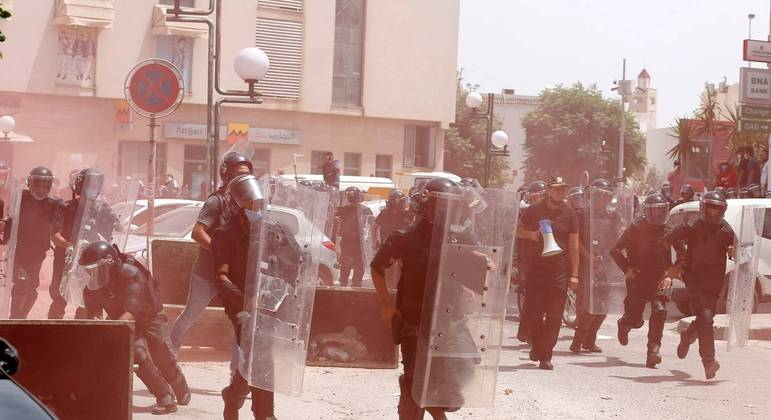 Tunísia teve domingo de protestos contra o governo