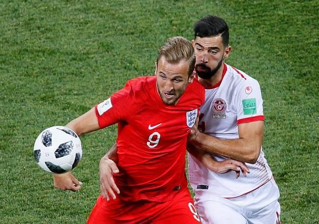 As jogadas da Inglaterra passaram a se limitar a bolas alçadas na área em busca do craqueHarry Kane