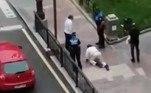 A publicação afirma que um policial abordou o trio e