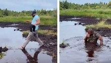 Turista tenta pegar atalho e dá mergulho involuntário em pântano