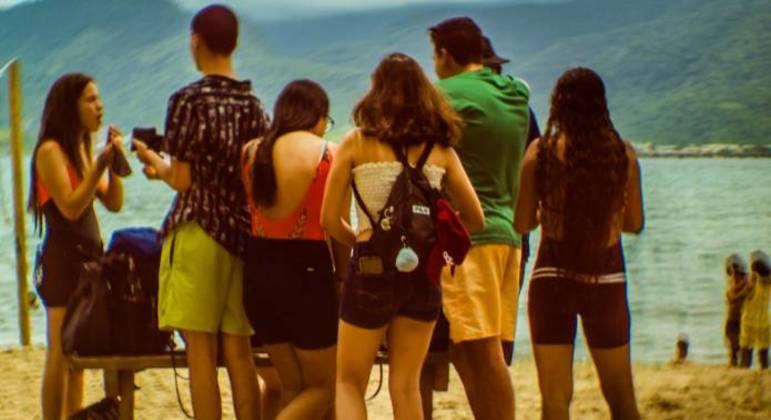 Movimentação de pessoas na praia do Perequê em Ilhabela, SP