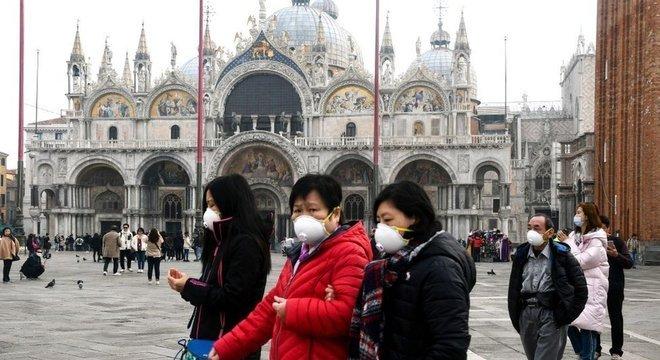 Em Veneza, na Itália, turistas e moradores têm utilizado máscaras diante do aumento da infecção de coronavírus