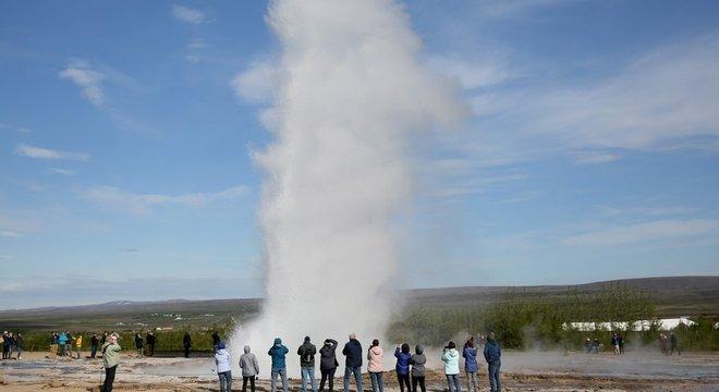 Os visitantes da Islândia são atraídos por suas fontes termais e gêiseres - nascentes termais que entra em erupção periodicamente