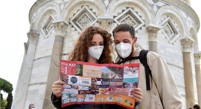 Turistas em frenta à Torre de Pisa na Itália