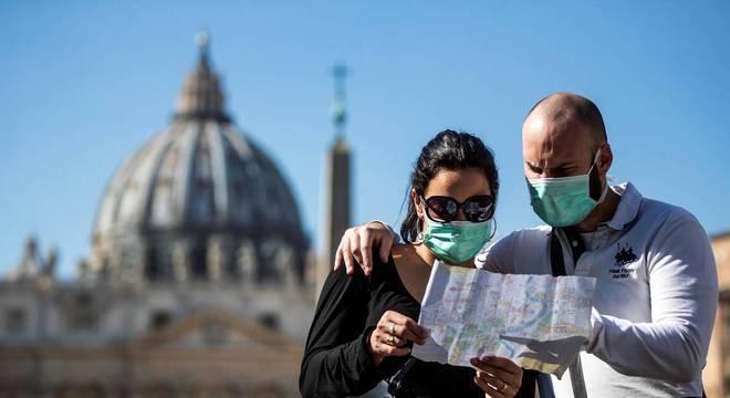 Turistas usam máscara contra coronavírus na Itália
