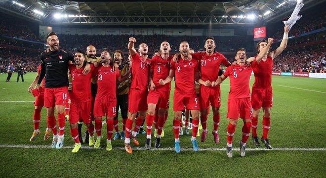 Turquia, a promoção, apesar do 0 X 0 diante da Islândia