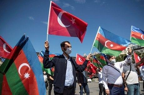 Manifestantes em Istambul com bandeiras turcas e azeris