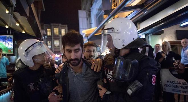 Homem curdo é preso na Turquia durante protesto contra operação na Síria